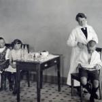 Kouluhoitajan tehtävät olivat monipuoliset – kuvassa Cygnaeuksen koulun hoitaja leikkaa oppilaan hiuksia. Siilitukka suojasi lasta mm. täiltä.
