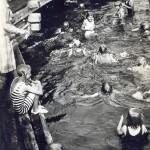 Yksi tärkeimpiä MLL:n kesätoimintoja oli uimakoulujen järjestäminen eri puolilla Suomea. Tuhansien järvien maassa uimataito pelasti henkiä.