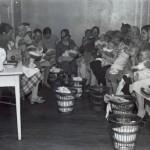 Helsingin Töölöön avatun neuvolan odotushuone oli useimpina päivinä täynnä äitejä lapsineen.