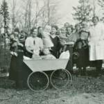 1930-luvulla MLL:n neuvoloita perustettiin yhä useammalle paikkakunnalle. Kuvassa Kanneljärven lastenneuvolan asiakkaita ja henkilökuntaa.