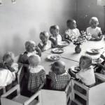 Sotavuosina MLL:n päiväkotitoiminta oli suosittua, kun moni äiti joutui yksin huolehtimaan perheen elatuksesta ja lastenhoidosta. Kuvassa porilaisen päiväkodin lounashetki.