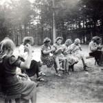 Sotavuosina kaikki auttoivat kaikin mahdollisin tavoin. Suonenjoella MLL:n paikallisyhdistys neuloi sukkia rintamamiehille.