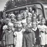 Monilla paikkakunnilla lapset saivat uimakouluun bussikyydin. Kuva Värtsilästä