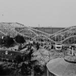 Lastensuojelujärjestöjen yhteinen Linnanmäen huvipuisto valmistui vuonna 1950. Sen vetonaula oli suurenmoinen vuoristorata, joka valmistui heinäkuussa 1951. Kuva: Helsingin kaupunginmuseo.