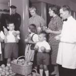 Lastenlinnan potilaat ja henkilökunta ihailevat lahjoituksena saatuja appelsiineja. Ne olivat vielä 1960-luvulla harvinaista herkkua.
