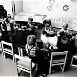 Päivähoidon järjestäminen oli suuri kysymys 1970-luvun alussa. Liiton paikallisyhdistykset järjestivät päivähoitoa sekä leikkikouluja. Kuva Vihdistä.