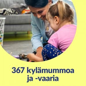 Keltaisella taustalla pyöreä kuvakehys. Kuvassa kylämummo leikkii lattialla tytön kanssa. Kuvassa lukee 367 kylämummoa ja -vaaria.