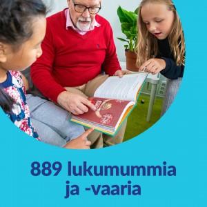 Sinisellä taustalla pyöreä kuvakehys. Kuvassa vaari lukee lapsille kirjaa. Kuvassa lukee 889 lukumummia ja -vaaria.