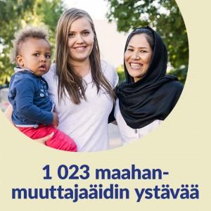 Beigellä taustalla pyöreä kuvakehys. Kuvassa hymyilee kaksi naista, toisella on sylissään taapero. Kuvassa lukee 1020 maahanmuuttajaäidin ystävää.