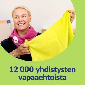 Vihreällä taustalla pyöreä kuvakehys. Kuvassa hymyilevä nainen, joka pitää käsissään keltaista liinaa. Kuvassa lukee 12 000 yhdistysten vapaaehtoista.